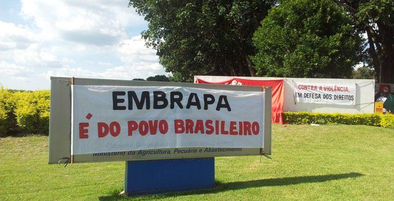 Camponesas entregam documento contra privatização ao presidente da Embrapa
