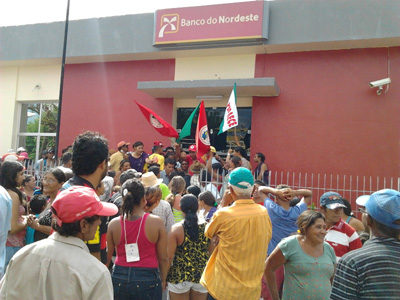 Camponeses ocupam Banco do Nordeste para a liberação de recursos para seca