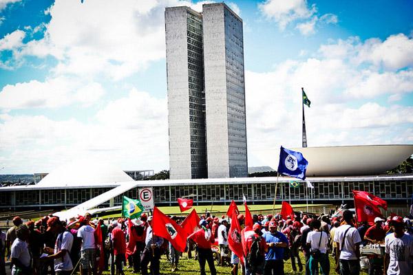 MST marcha em direção ao STF para exigir julgamento a Felisburgo