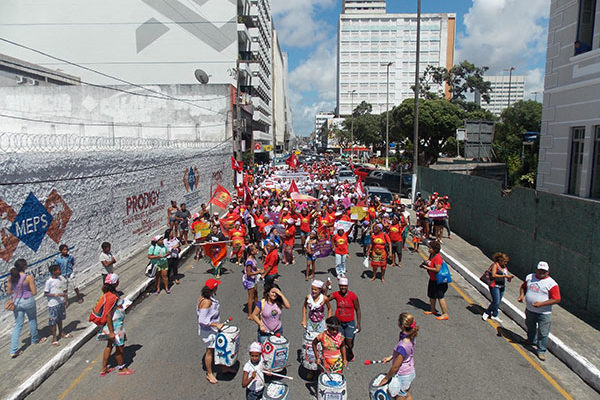 Cerca de 500 militantes marcham por direitos na capital Aracaju