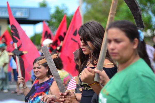 Centenas de mulheres protestam no RS por creche e pelo fim da violência