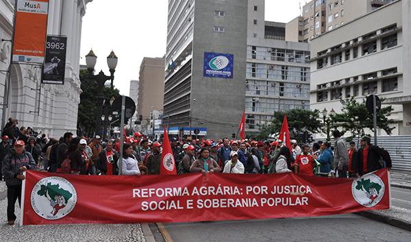 Cerca de 600 Sem Terra ocupam a Caixa Econômica Federal em Curitiba