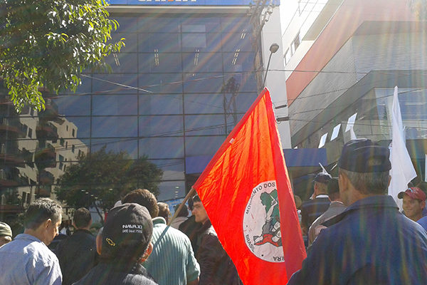 Cerca de 800 se manifestam em frente a Caixa Econômica Federal, em Chapecó