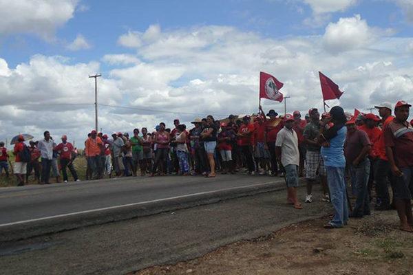Cerca de 500 pessoas do MST trancam rodovia no RN em jornada de luta