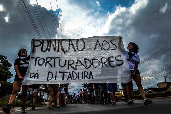 Juventude tranca rodovia para cobrar punição aos torturadores da ditadura