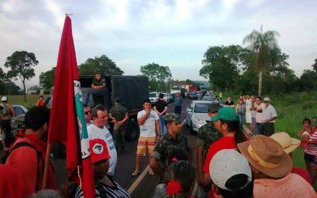 Em solidariedade aos indígenas, Sem Terra bloqueiam rodovia no MS