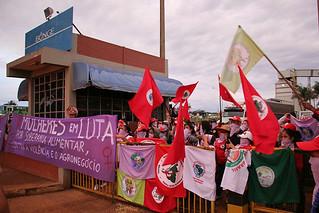 Camponesas ocupam sede da Bunge, no entorno de Brasília