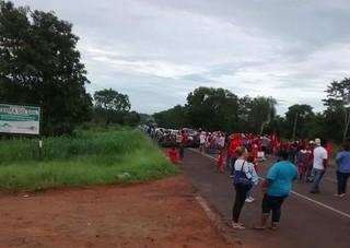 MST tranca rodovias em solidariedade a acampamento no MS