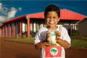 Assentados celebram produção recorde de leite no Paraná