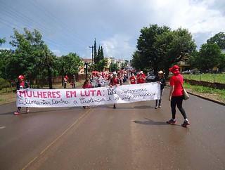 Centenas de camponesas trancam BR e ocupam prefeitura no Paraná