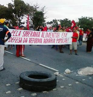 Camponeses fecham principais rodovias no Rio de Janeiro