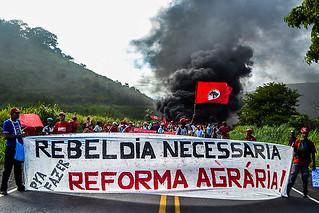 Em Minas, Sem Terra trancam rodovia e exigem Reforma Agrária