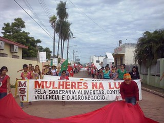 Após marcha, 300 mulheres ocupam latifúndio em Mato Grosso