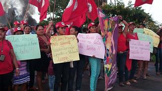 Mais de 250 mulheres do MST trancam a rodovia Belém Brasília, em Tocantins