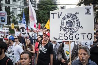 Em São Paulo, Rede Globo é escrachada no dia de seu aniversário