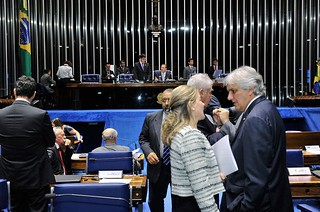 Senadores aderem ao manifesto contra ajuste fiscal e colocam governo em saia justa