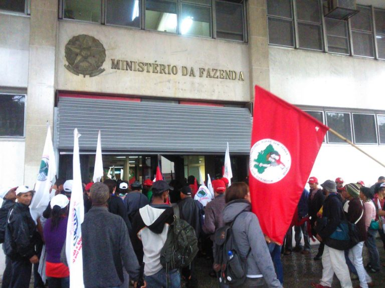 trabalhadores ocupam Ministério da Fazenda contra a terceirização