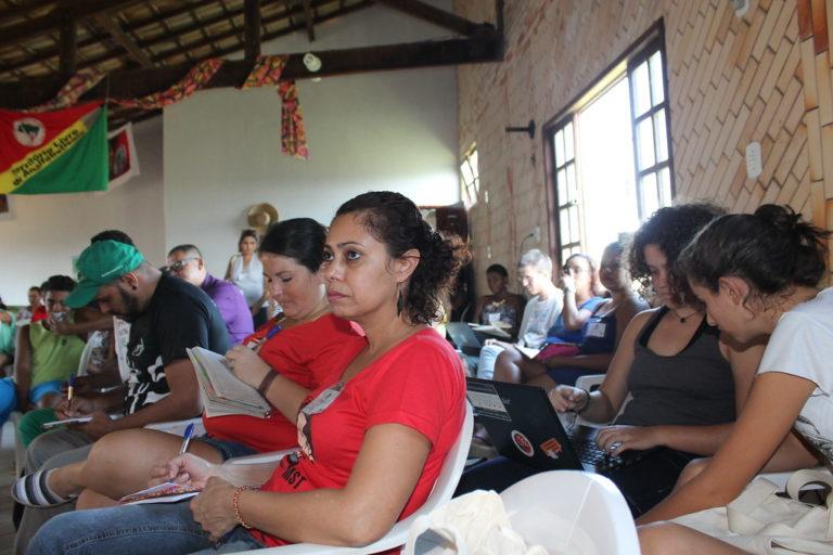 """Crise na educação transforma salas de aulas em """"escolas de latão"""""""