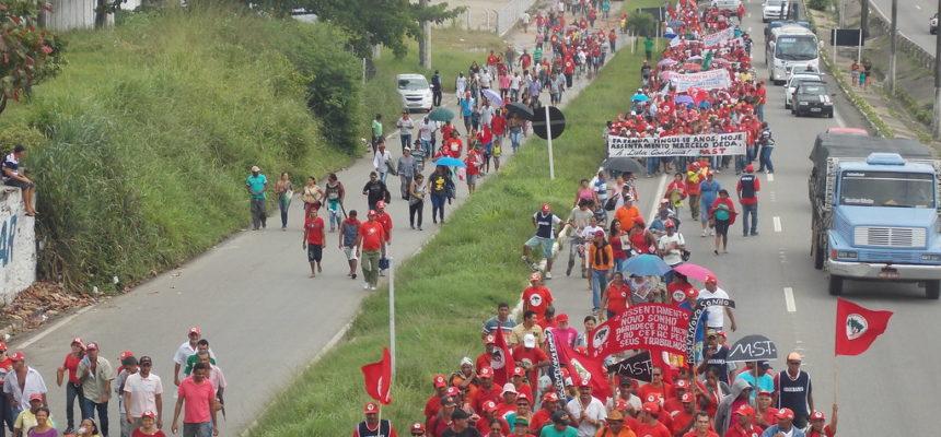 Cerca de 10 mil camponeses marcham pelas ruas da capital sergipana