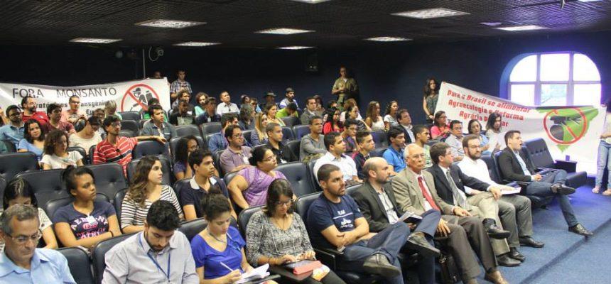 Monsanto é recebida com protesto em audiência em Pernambuco