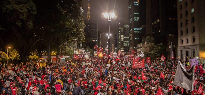 Milhares de pessoas saem às ruas de todo Brasil por uma 'saída à esquerda'