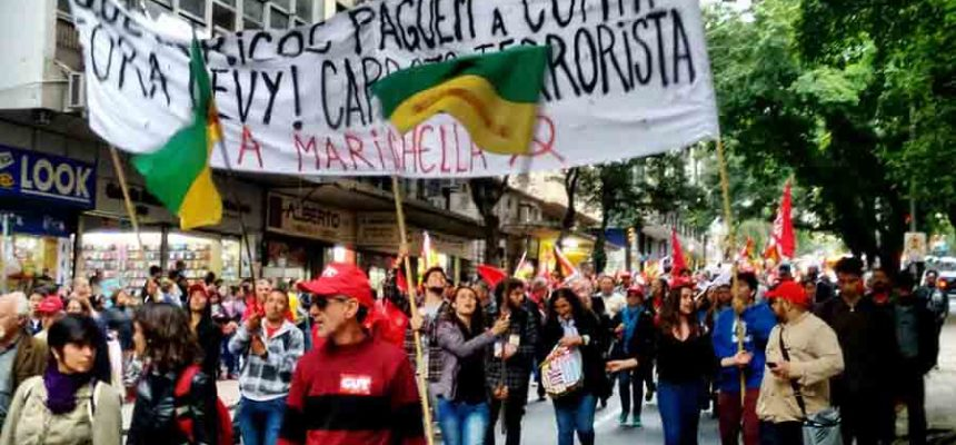 Trabalhadores no RS saem às ruas contra ajuste e em defesa da democracia