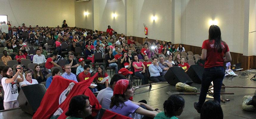 Cerca de 500 educadores do PR se reúnem para debater os desafios da educação pública