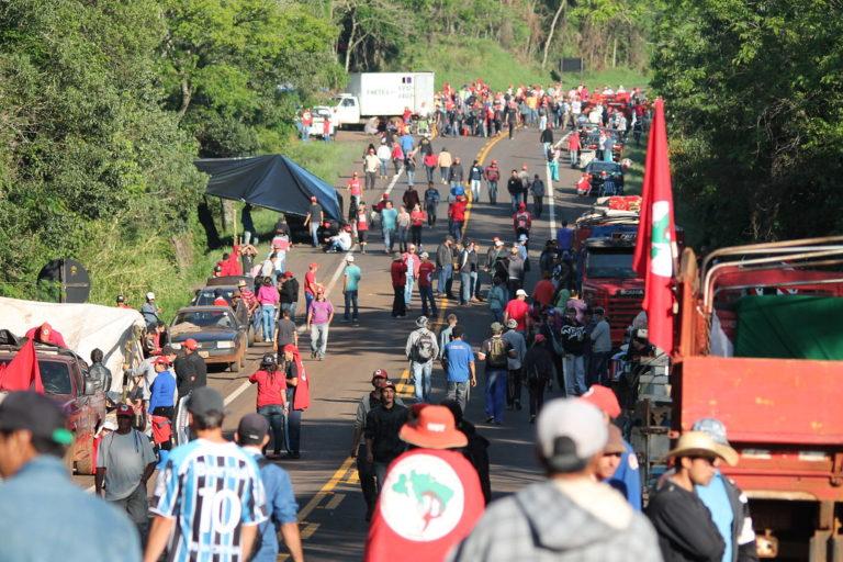 Sem Terra trancam rodovias para exigir a desapropriação de áreas