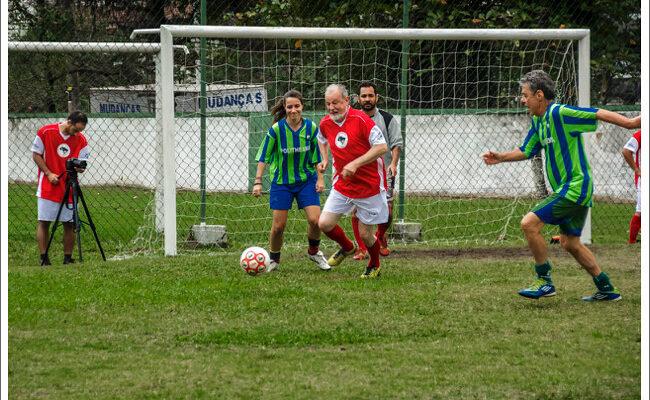 Em amistoso de futebol, Chico Buarque e MST 'trocam camisas'