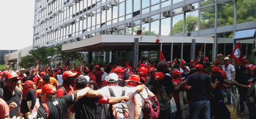 Após marcha, educadores ocupam Ministério da Agricultura em Brasília