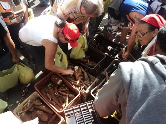 Sem Terra fecham BR e distribuem alimentos na Paraíba