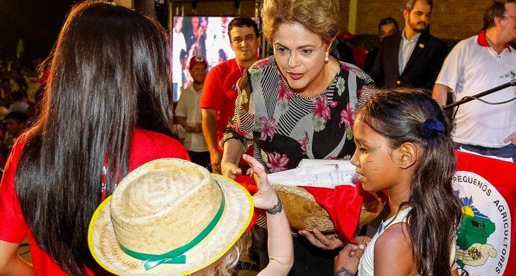 Dilma discursa para camponeses e se compromete a analisar propostas para o campo