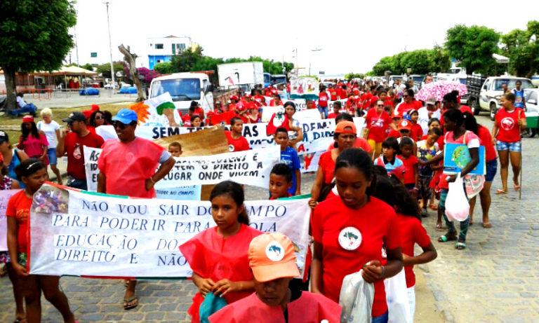Sem Terrinha pintam as ruas de vermelho em defesa das escolas do campo