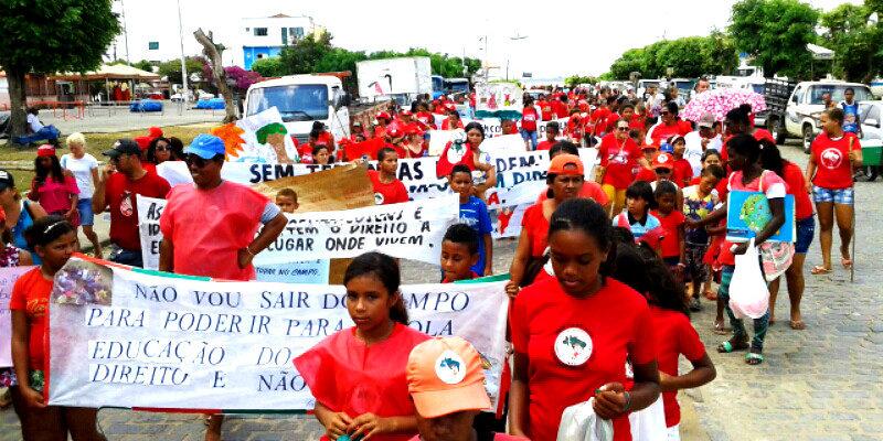 Na Bahia, Sem Terrinha pintam as ruas de vermelho em defesa das escolas do campo
