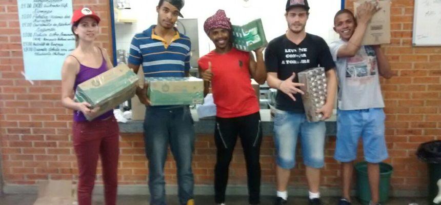 MST doa alimentos aos estudantes que ocupam as escolas paulistanas