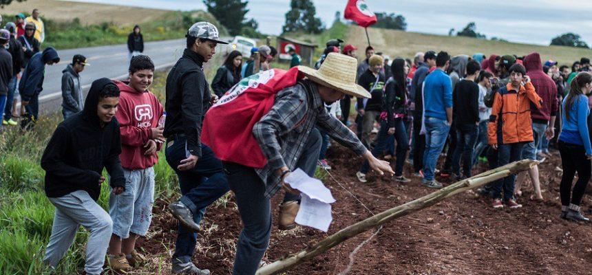 Juventude Sem Terra reconstrói ocupação da Fazenda Annoni