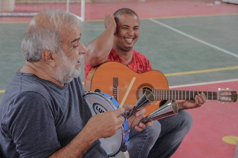 Chico Batera participa de oficina de percussão na ENFF