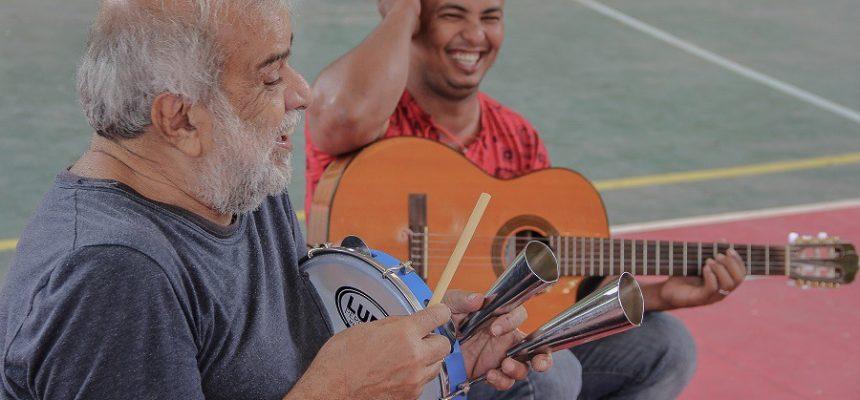 Entre uma prosa e outra, Chico Batera participa de oficina de percussão na ENFF