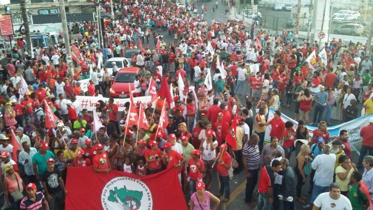 milhares de pessoas saem às ruas na Bahia