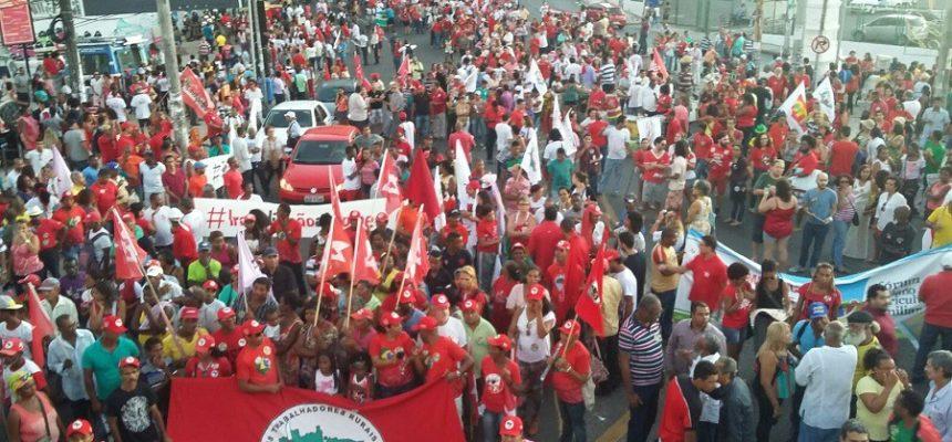 Contra o golpe, milhares de pessoas saem às ruas na Bahia