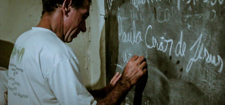 """""""Sim, Eu Posso"""" alfabetiza 233 trabalhadores Sem Terra no extremo sul da Bahia"""