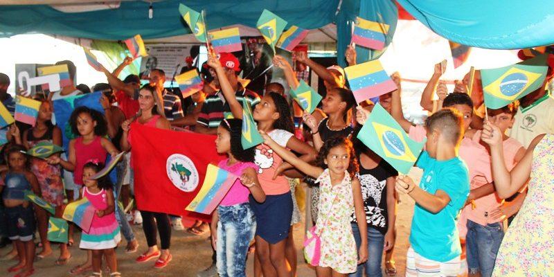 Sem Terra inauguram escola e homenageiam Hugo Chávez
