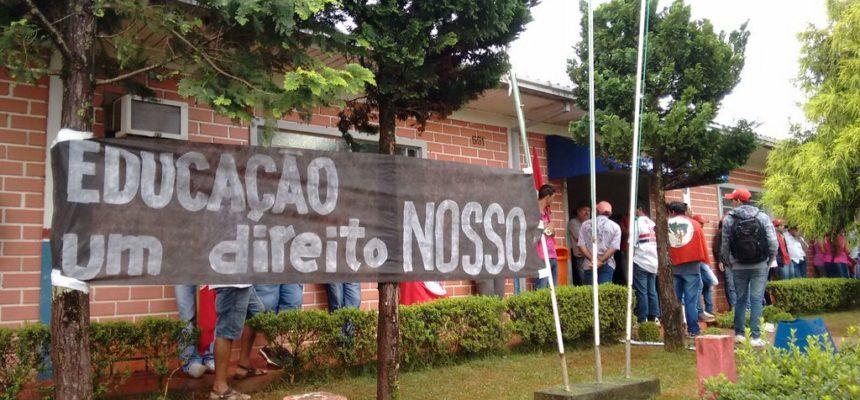 Camponeses ocupam prefeitura no Paraná