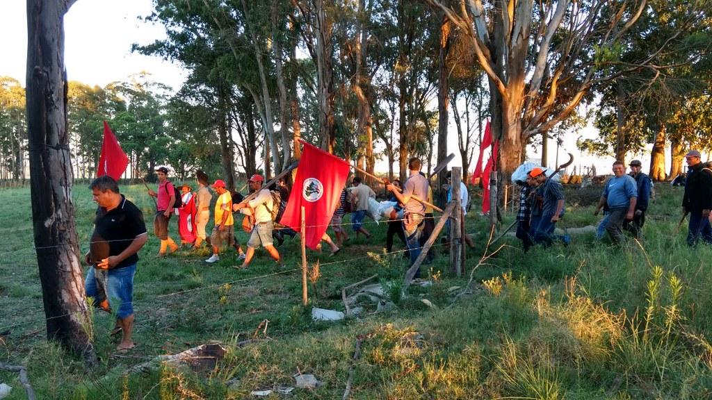 Integrantes do MST ocuparam a área da CEEE por volta das 7 horas desta sexta-feira. Foto Divulgação.jpg