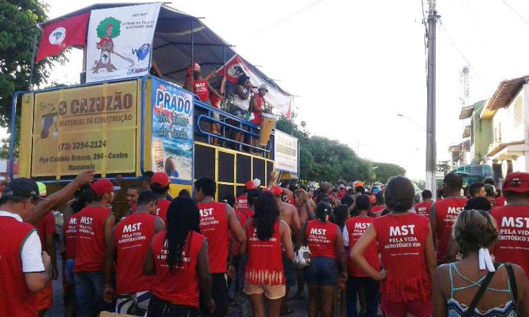Bloco do MST ocupa as ruas do Prado e denuncia os impactos dos agrotóxicos