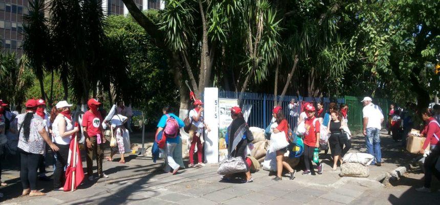 Mulheres do MST e do MAB ocupam superintendência do Incra, em Porto Alegre