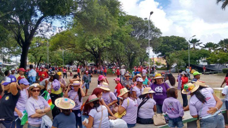 mulheres marcham por direitos sociais