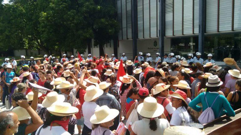 Mulheres sem terra ocupam palácio do governo no Ceará