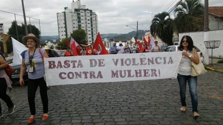 Mulheres Sem Terra marcham pelas ruas de SC