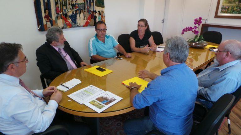 Famílias despejadas em SC se reúnem com governador do estado